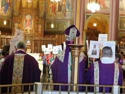 Welcomed by hundreds, Bishop Solis celebrates Spanish Mass